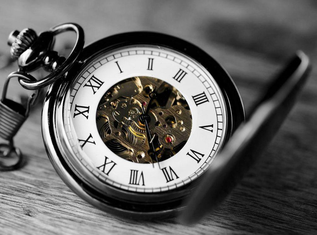Montre à gousset avec mécaniques visibles, symbole du temps qui passe