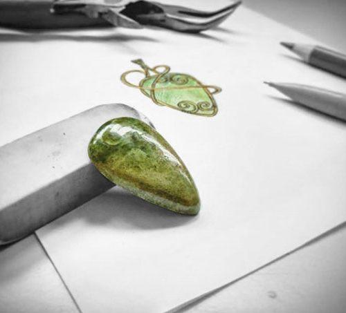 Croquis pour un pendentif wire wrapping sur mesure avec cabochon vesuvianite