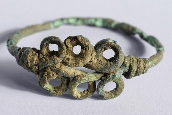 """Bague """"Wire wrapping"""" historique : bague Romano Britannique datée du 4ème siècle. Retrouvée à Cambourne dans le Cambrigeshire, Angleterre"""
