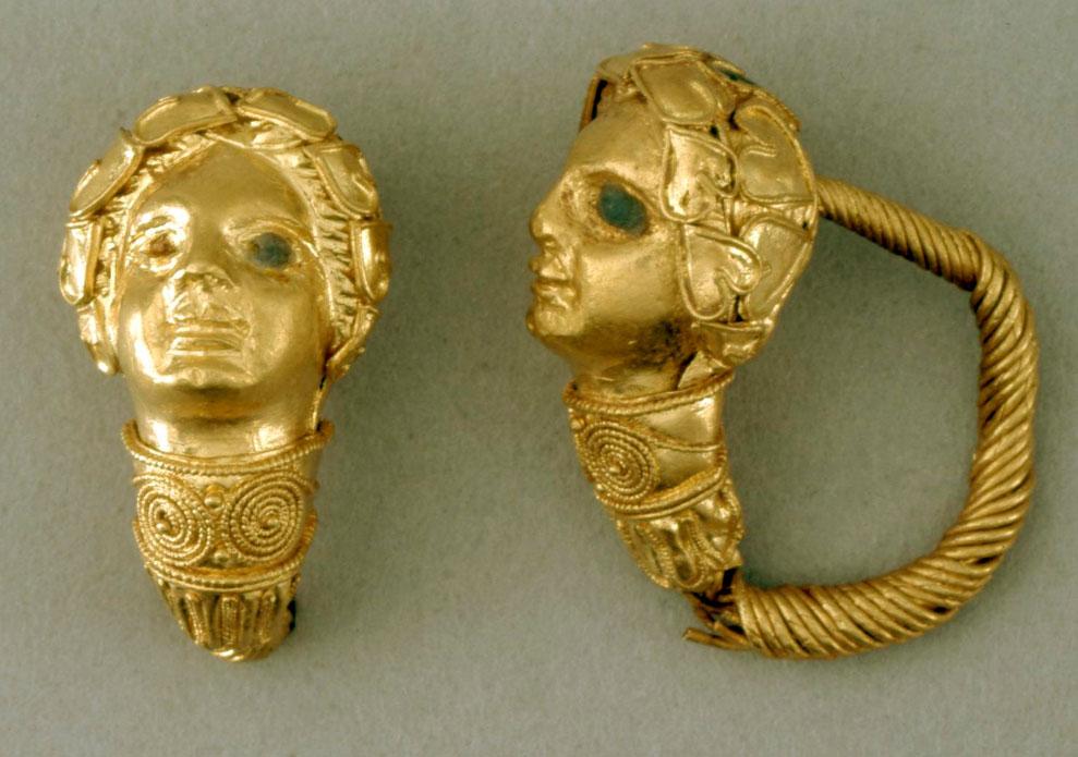 Boucles en or, décorées de têtes de femme portant une couronne de lierre. Les yeux étaient auparavant incrustés d'émail bleu (300-200 av JC - Retrouvé en Crète, Grèce) | Source : British Museum