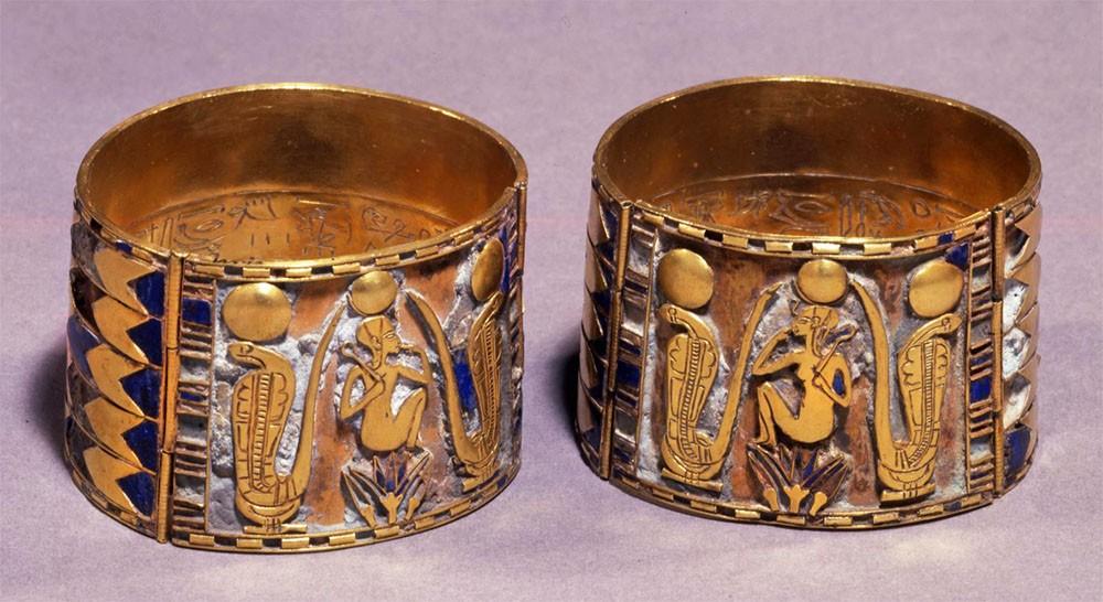 Bijoux de l'Égypte antique - Bracelets en or représentant un enfant dieu