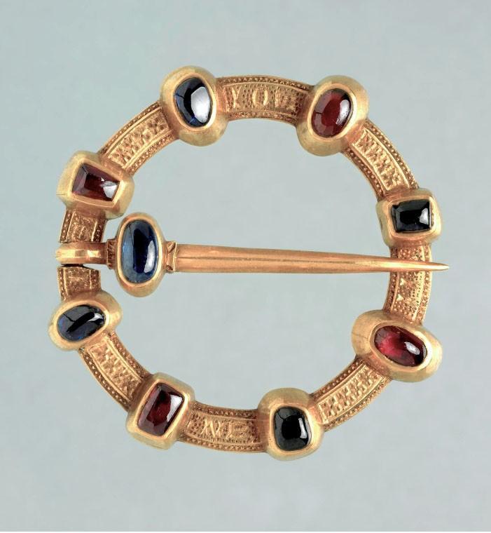 Bijou médiéval - broche annulaire avec pierres gemmes
