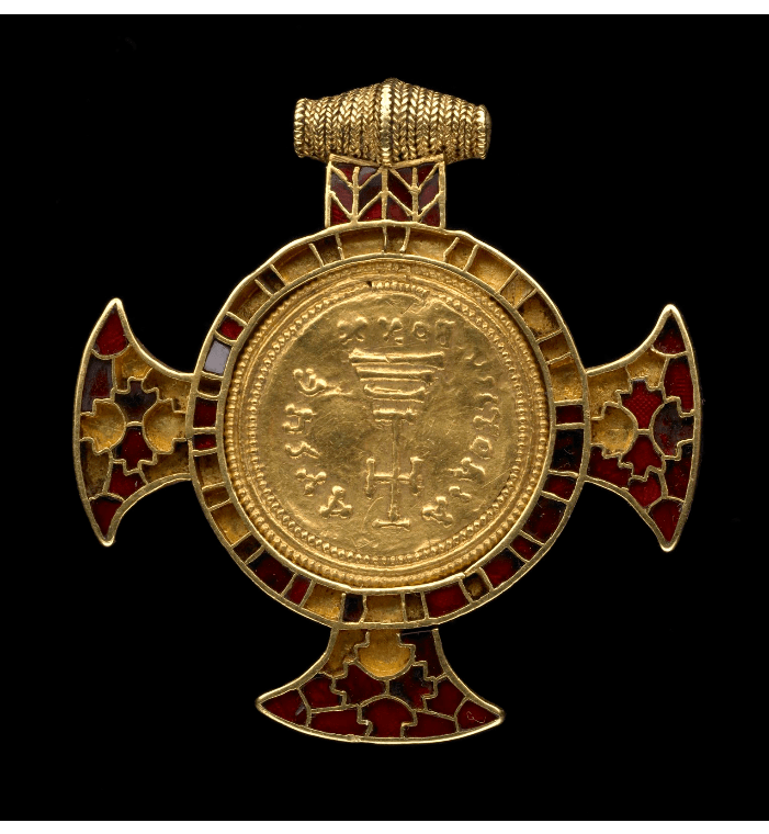 Bijoux médiéval - pendentif en forme de croix incrusté d'une pièce d'or